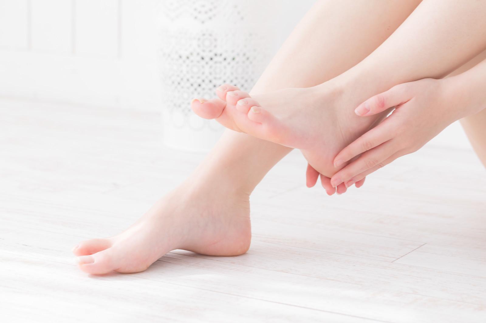 むける 皮 足 親指 の が